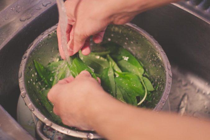 Clean the wild garlic leaves